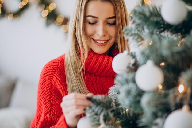 Jeune femme, décoration, arbre noël