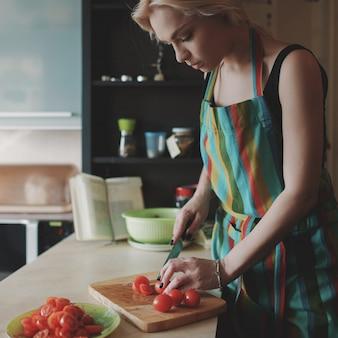 Jeune, femme, découpage, tomates