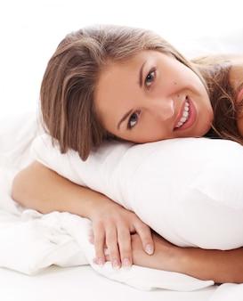 Jeune femme, délassant, dans lit, à, matin