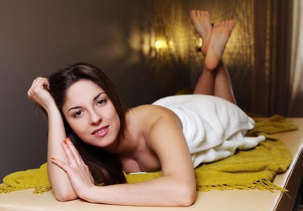 Jeune femme, délassant, dans, spa, salon
