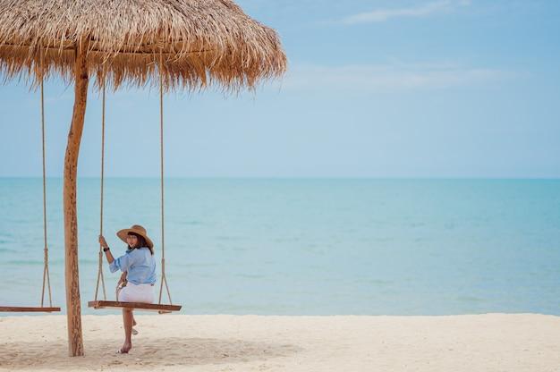 Jeune femme, délassant, plage