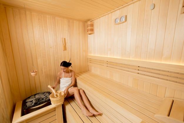 Jeune, femme, délassant, sauna