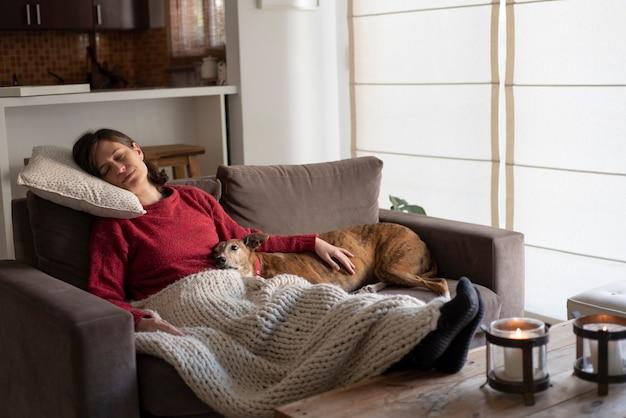 Jeune femme, délassant, sur, sofa, à, chien
