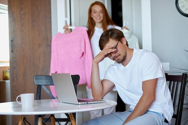 Jeune femme demander l'avis du mari qui travaille