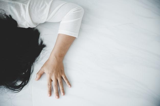 Jeune femme déprimée, violence domestique et viol, battue et violée au sol