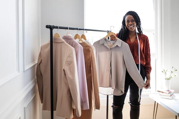 Jeune femme designer dans une boutique