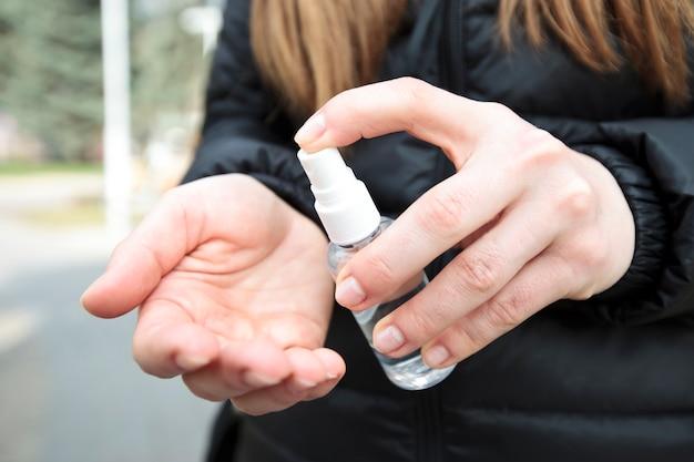 Jeune femme, désinfection, elle, main, désinfectant