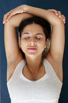 Jeune femme détendue faisant du yoga