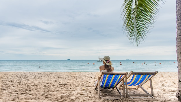 Jeune femme de détente sur la chaise de plage, voyage de vacances de vacances d'été.
