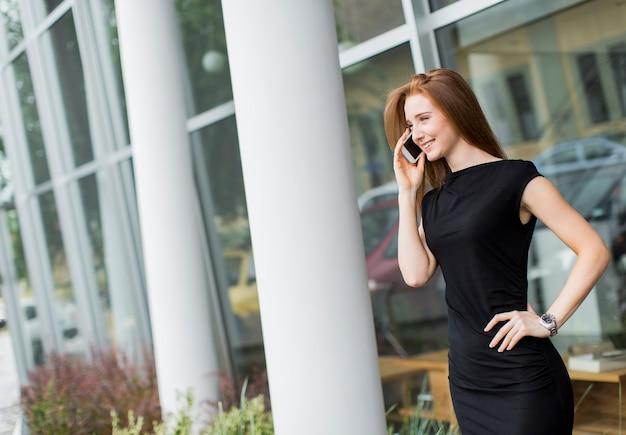 Jeune femme devant bureau