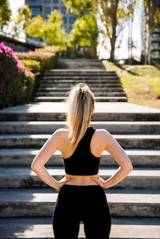 Jeune femme devant escalier