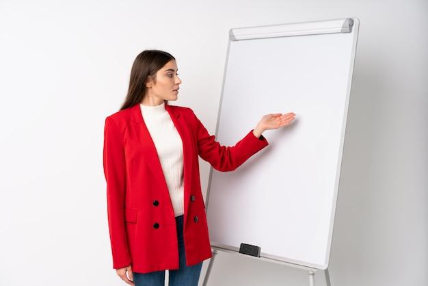 Jeune femme donnant une présentation sur tableau blanc donnant une présentation sur tableau blanc