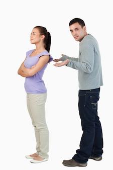 Jeune femme donnant son copain l'épaule froide