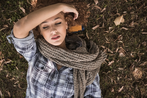 Jeune femme, dormir, sur, parc parc