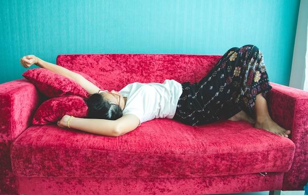 Jeune femme, dormir, sofa, chez soi