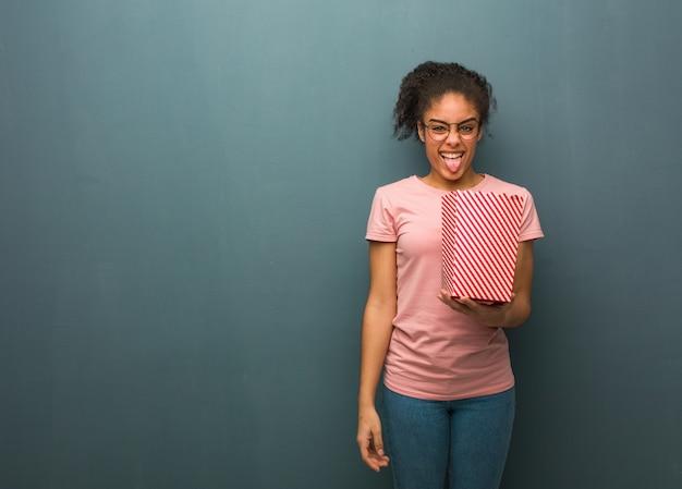 Jeune femme drôle et sympathique montrant la langue.