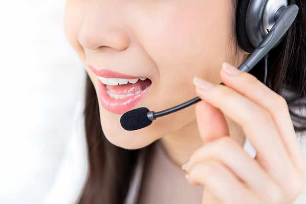 Jeune femme du centre d'appels du service clientèle