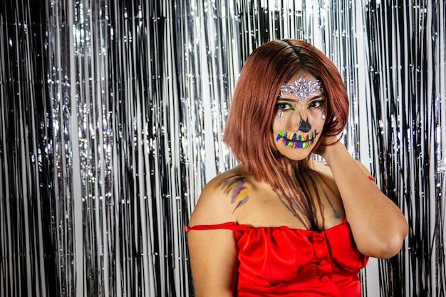 Jeune femme avec du maquillage pour la fête d'halloween fond noir et blanc lumineux