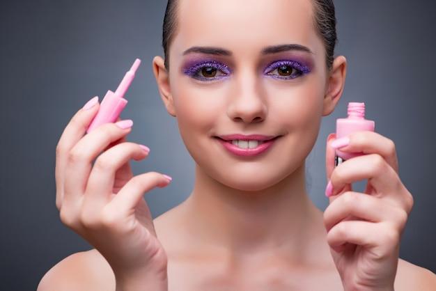 Jeune femme avec du rouge à lèvres dans le concept de beauté