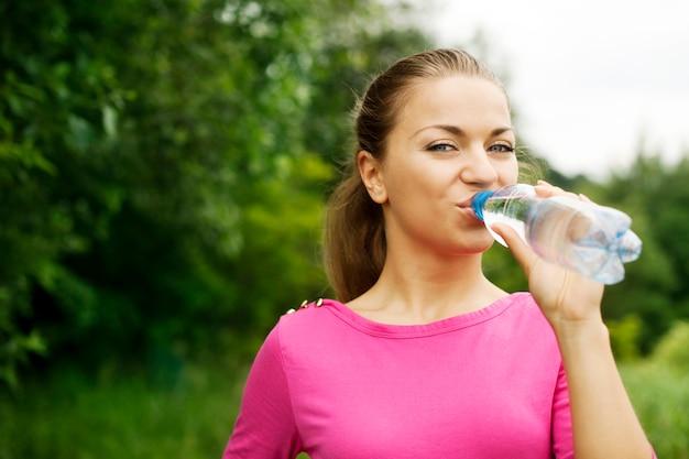 Jeune femme, eau potable