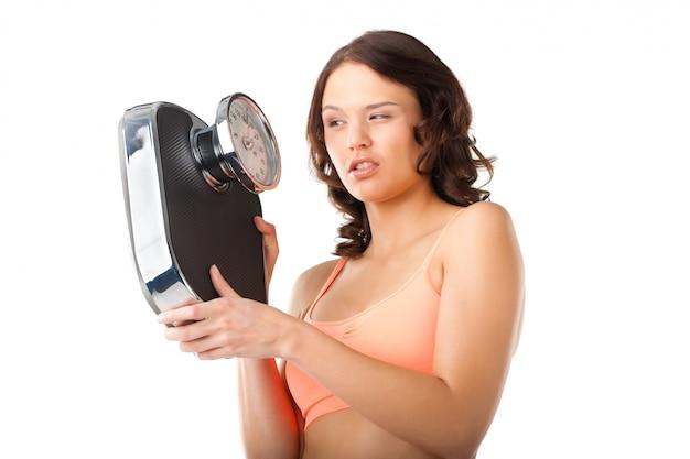 Jeune femme avec échelle de mesure