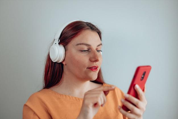 Jeune femme écoutant de la musique avec des écouteurs pendant la pandémie de coronavirus