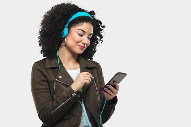 Jeune femme écoutant de la musique
