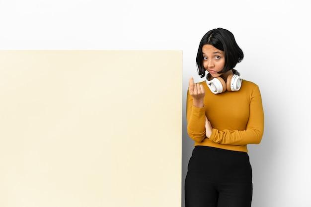 Jeune femme à l'écoute de la musique avec une grande pancarte vide sur fond isolé faisant le geste de l'argent