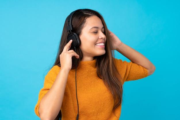Jeune, femme, écoute, musique, isolé, mur