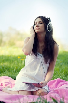 Jeune femme, écouter musique, sur, pré