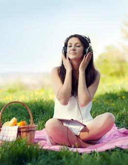 Jeune femme, écouter musique
