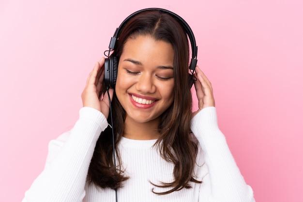 Jeune, femme, écouteurs, isolé, rose, mur