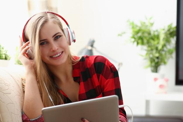 Jeune femme, à, écouteurs, utilisation, a, tablette