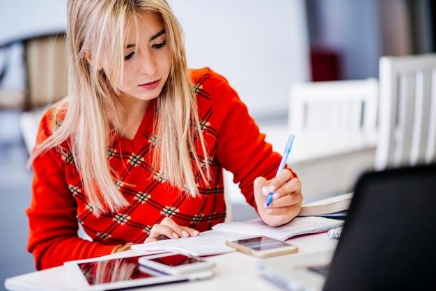 Jeune femme écrivant dans le cahier