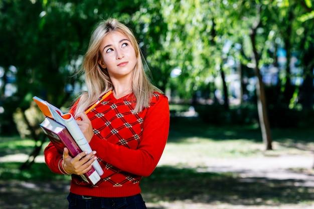 Jeune femme écrivant dans le jardin