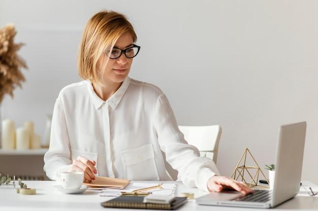 Jeune femme écrivant un livre