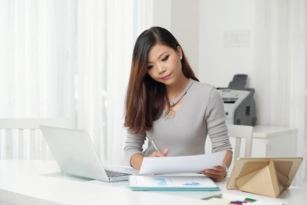 Jeune femme élégante au lieu de travail