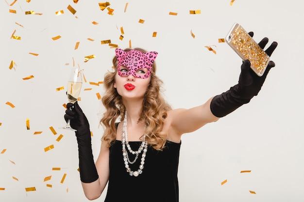 Jeune femme élégante, boire du champagne, faire auto photo