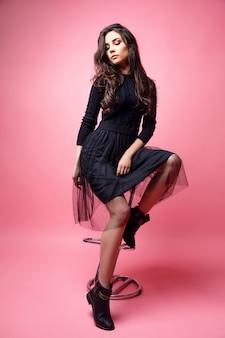 Jeune femme élégante sur une chaise