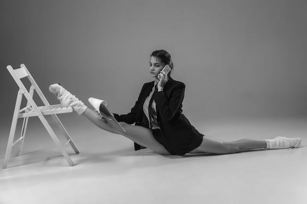 Jeune femme élégante et à la mode portant une veste et des chaussettes travaillant à domicile. mode