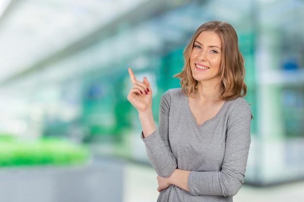 Jeune femme élégante, pointant du doigt