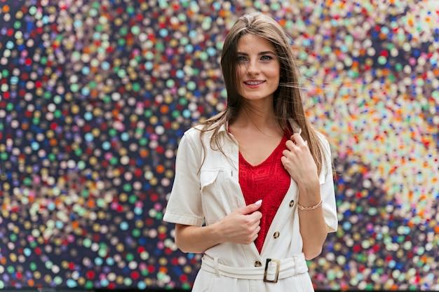 Jeune femme élégante posant. concept de mode de rue