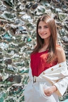 Jeune femme élégante posant. modèle de jeune femme à la mode. concept de mode de rue