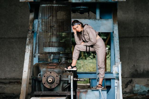 Jeune femme élégante posant à l'usine abandonnée