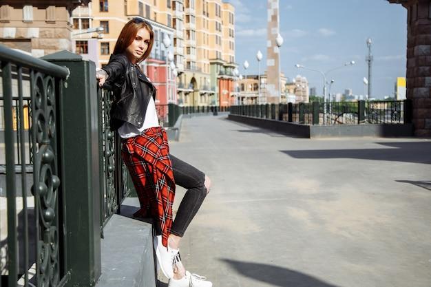 Jeune femme élégante qui marche dans une rue
