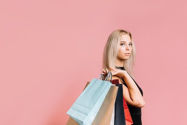 Jeune femme élégante avec des sacs