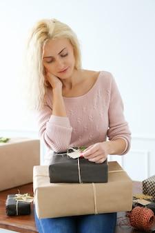 Jeune femme emballant des cadeaux