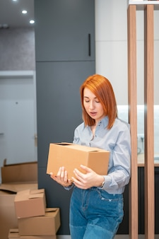 Jeune femme, emménager, dans, nouvel appartement, tenue, boîtes carton