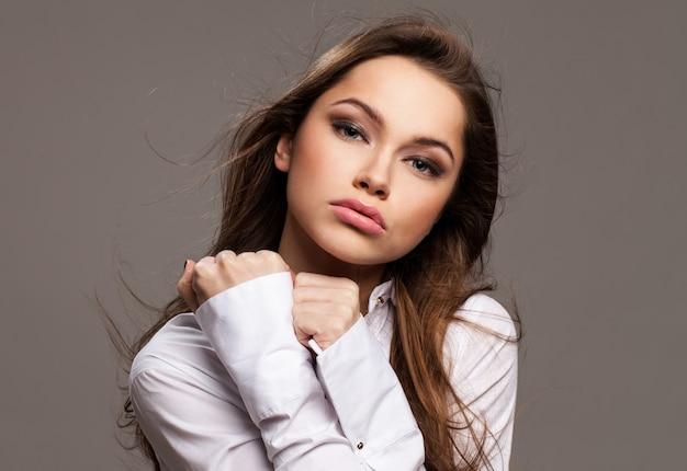 Jeune femme avec émotion éloignée