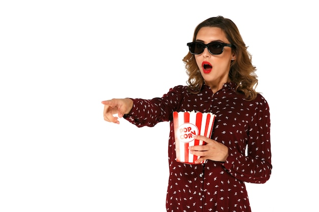 Jeune femme émotive avec pop-corn regarder film d'action dans des lunettes 3d